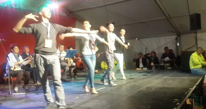 Кыргызские танцоры ансамбля Ак-Марал учат европейцев танцу Кара жорго