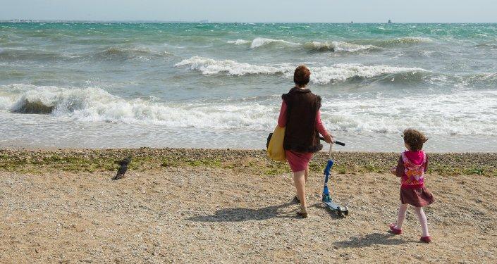 Женщина с ребенком на пляже. Архивное фото