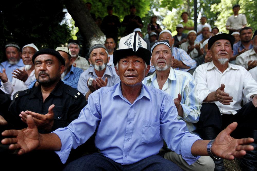 Кыргыз жана өзбек аксакалдары тынчтык тилеп жатышат