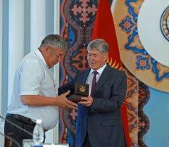 Президент Алмазбек Атамбаев 2010-жылдын июнь окуяларында адамдарды сактоодо жеке эрдик көрсөткөн жарандар менен жолугушту