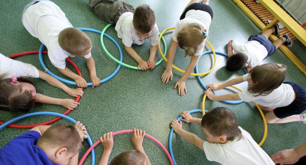 Дети на уроке физкультуры. Архивное фото