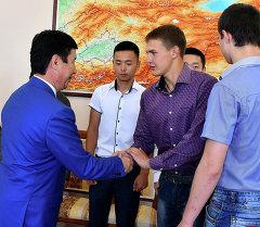 Спасших людей при пожаре школьников поблагодарил премьер-министр Темир Сариев.