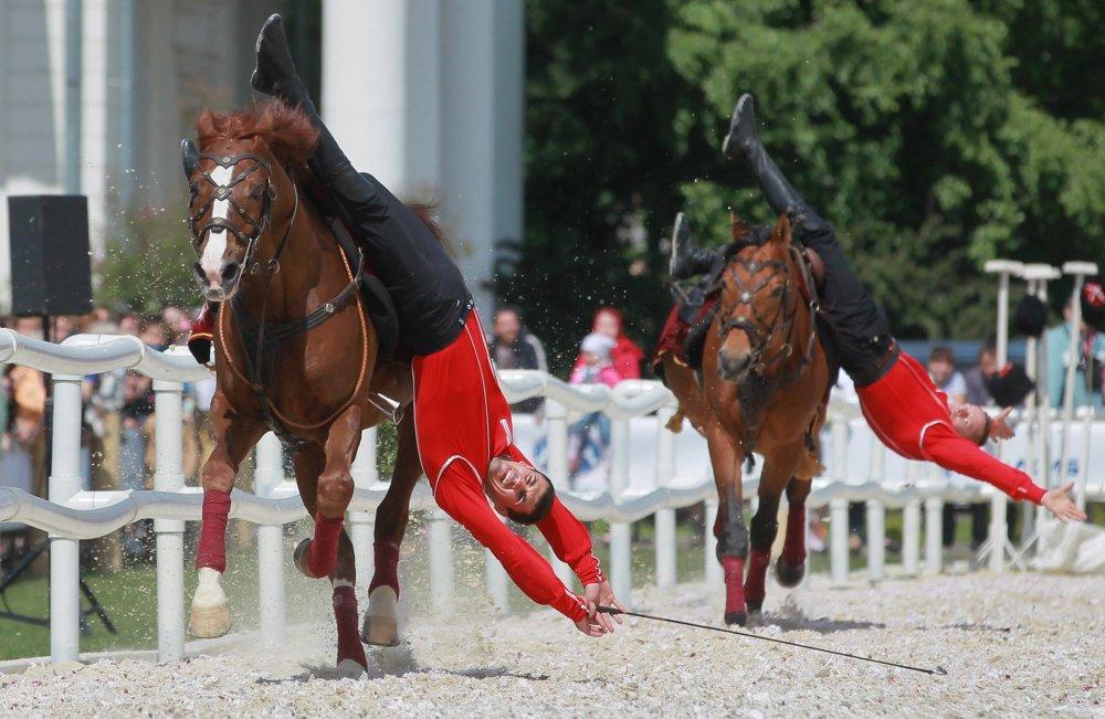 В День России на главной выставке страны показали свое шоу Традиции России кавалеристы Кремлевской школы верховой езды.