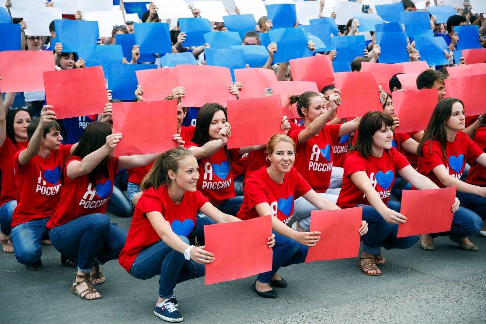 В Волгограде в День России прошла молодежная акция Российский триколор. На фото: горожане во время празднования Дня России на улице Советской в Волгограде.