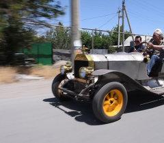 Эски машиналарга жаңы түс берген Александр Тимашов өз коллекциясында биринчи жолу ретро стилиндеги спорттук машинаны жасады.