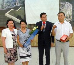Бишкек шаарында апрелдин башында төрөлгөн төрт эмге президент тарабынан бөлүнгөн каражатка сатылып алынган батирдин ачкычы тапшырылды.