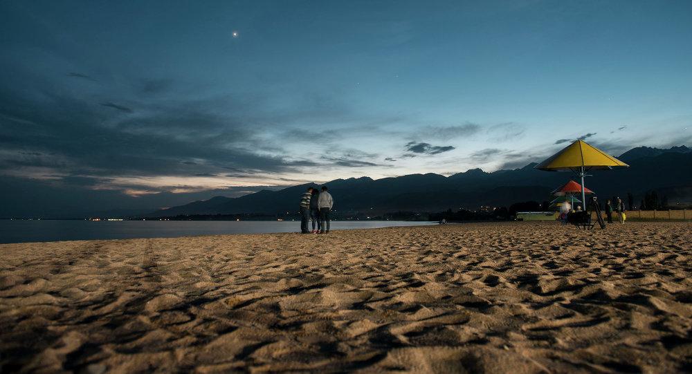 Пляж на берегу Иссык-Куля. Архивное фото