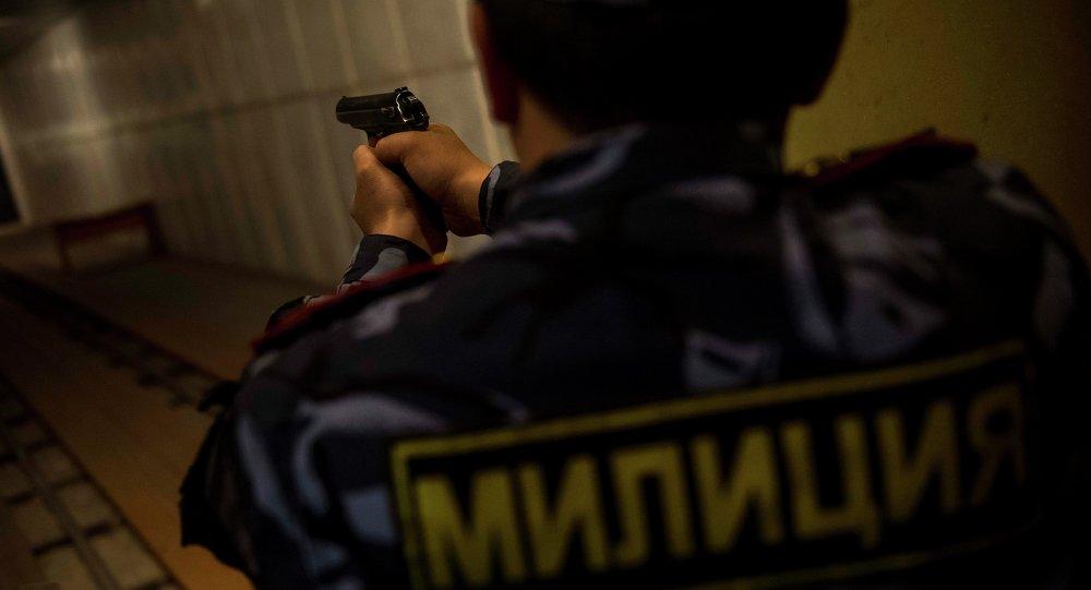 Милиция кызматкери тапанча менен. Архивдик сүрөт