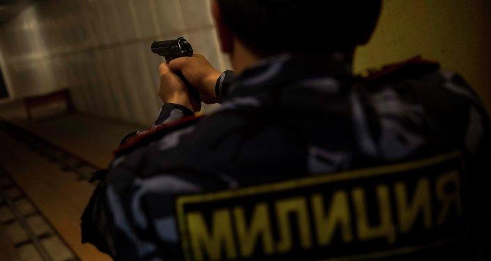 Милиционер с огнестрельным оружием в руках. Архивное фото