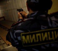 Милиционер с оружием в руках. Архивное фото