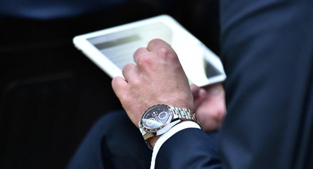 Планшет кармап турган адамдын архивдик сүрөтү