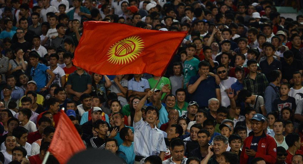 Болельщик с флагом Кыргызстана в матче между сборной Кыргызстана и Австралией. Архивное фото