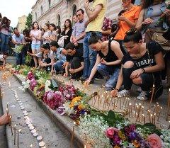 Горожане возлагают цветы и свечи у здания муниципального собрания города Тбилиси в память о погибших в наводнении. Архивное фото