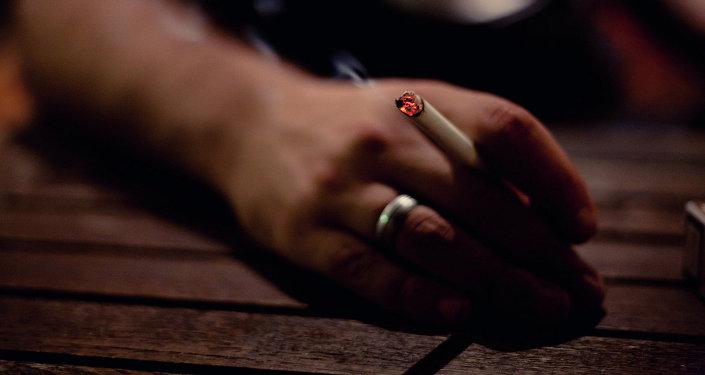 Сигарета в руках мужчины. Архивное фото