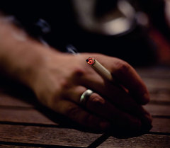 Сигарета на руках. Архивное фото