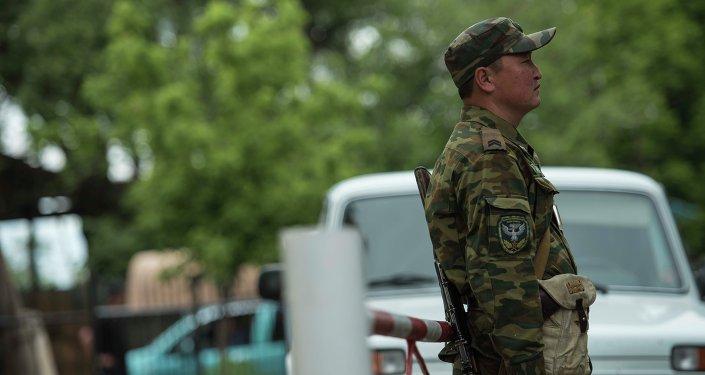 Узбекистан временно ограничил перемещения награнице сКыргызстаном