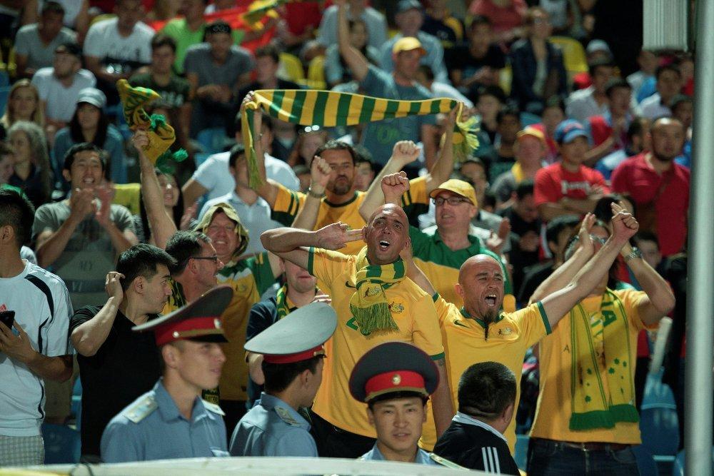 А это немногочисленные болельщики сборной Австралии. 10-15 человек поддерживали своих игроков в матче в Бишкеке 16 июня