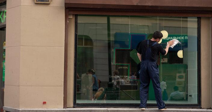 Работник на улице Москвы. Архивное фото