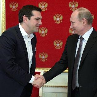 8 апреля 2015. Президент России Владимир Путин (справа) и премьер-министр Греции Алексис Ципрас после пресс-конференции в Кремле. Архивное фото