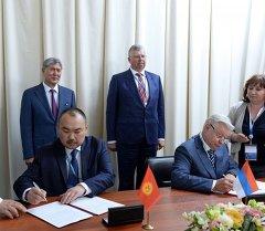 По ее словам, в минувшую пятницу посол Болот Джунусов и глава Федеральной Миграционной службы Константином Ромодановский подписали соглашение по которой Кыргызстанцы смогут находиться в России 30 дней без регистрации.
