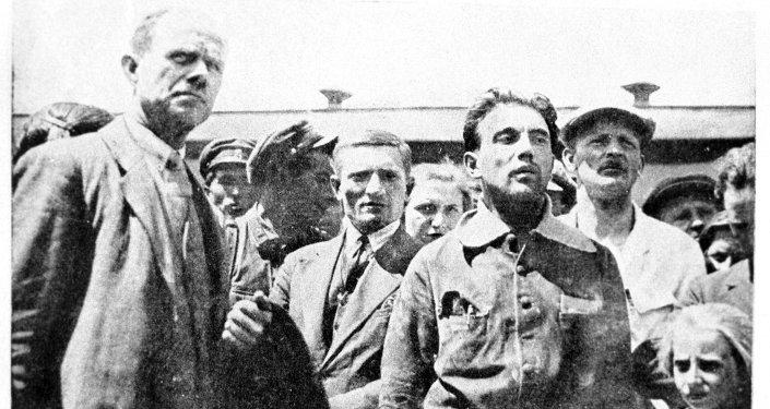 Деятель чехословацкого коммунистического движения, журналист, литературный и театральный критик, публицист Юлиус Фучик (1903-1943) (второй справа) с членами рабочей делегации в городе Фрунзе. 1930 год. Из архива К. Глозла.