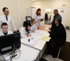 Москвадагы мигранттар борборунун медкомиссиясына келгендер. Архив