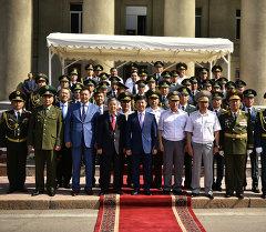 Премьер-министр Темир Сариев Кыргызcтандын Куралдуу күчтөрүнүн башчылары жана бүтүрүүчүлөрү менен.
