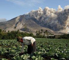 Извержение вулкана Синабунг в Индонезии. Архивное фото