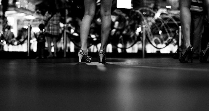 Девушка топчет яички ногой — pic 15