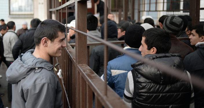 Кезекте турган мигранттар, архив