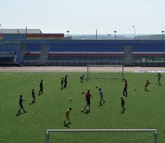Дети играют в футбол на стадионе Триумф. Якутия. Архивное фото
