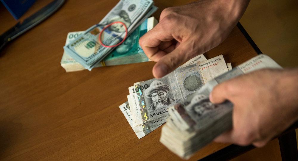 Национальная валюта в руках. Архивное фото