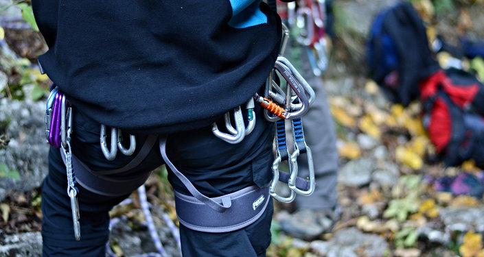 Альпинист со снаряжением. Архивное фото