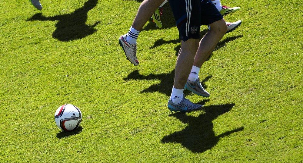 Футбольный мяч и футболисты. Архивное фото