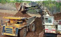 Загрузка большегрузных самосвалов золотосодержащей рудой. Архивное фото