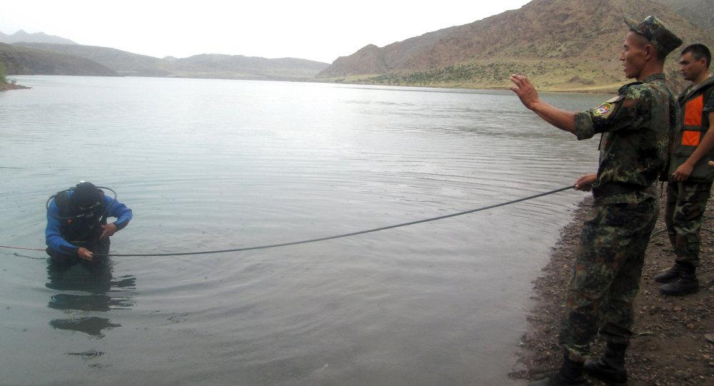 Водолазы МЧС ведут поиски тела утонувшего человека.