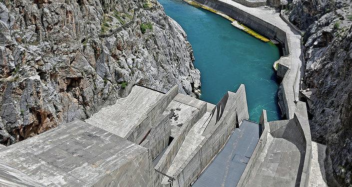 Вид с Токтогульской ГЭС на реку Нарын в Кыргызстане. Архивное фото