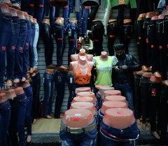 Продажа одежды на рынке. Архивное фото