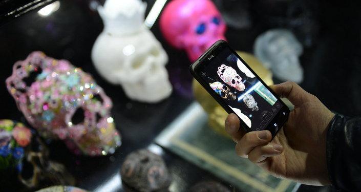 Акция Ночь в музее. Человек с мобильным телефоном. Архивное фото