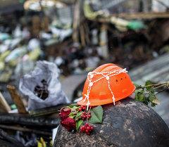 Цветы и свечи, принесенные киевлянами на площадь независимости в память о погибших. Архивное фото