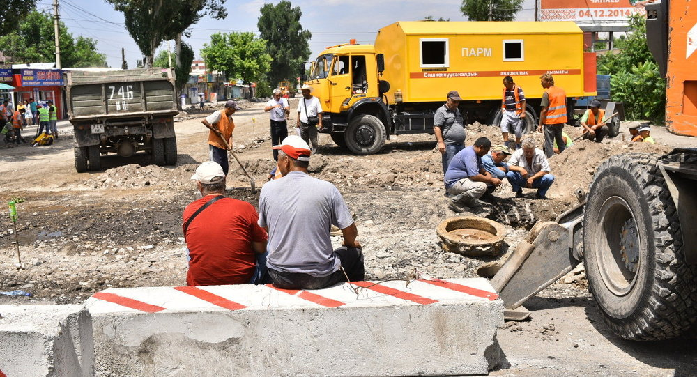 Работники столичного муниципалитета во время ремонта дорог. Архивное фото