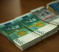 Пачка кыргызских валют. Архивное фото