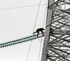 Электрик на высоковольтной линии. Архивное фото