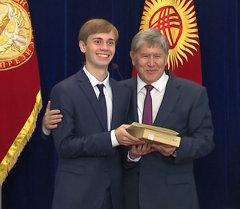 Президент Алмазбек Атамбаев Жалпы республикалык тестирлөөдөн эң жогорку балл алган мектеп бүтүрүүчүлөрүнө алтын сертификаттарды тапшырды.