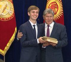 Рукопожатие, планшеты и сертификат. Атамбаев встретился с выпускниками