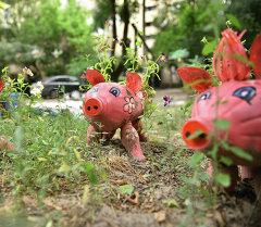Бишкека Анна Волкова смастерила игрушки с помощью пластиковых бутылок и шин от авто в детский уголок