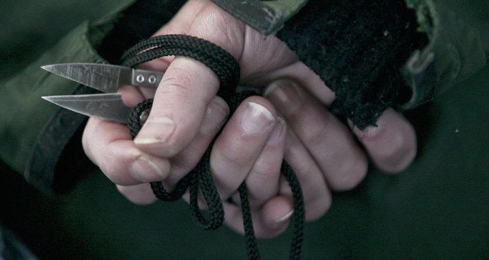 Руки заключенного, держащий ножницы. Архивное фото