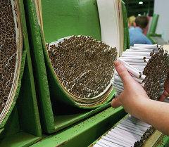 Линия по изготовлению сигарет. Архивное фото