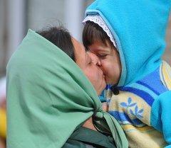 Осужденная женской исправительной колонии целует ребенка. Архивное фото