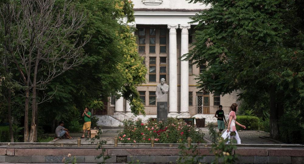 Памятник Константина Юдахина на Аллее Молодежи у Национального университета. Архивное фото